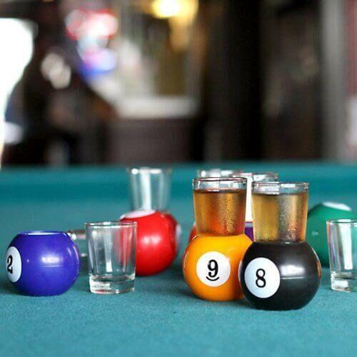 Biliárdgolyó feles poharak a játék szerelmeseinek