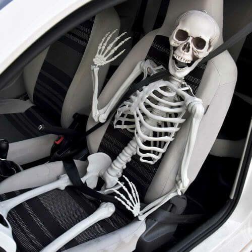 Emberi csontváz vezetés közben vicces látvány
