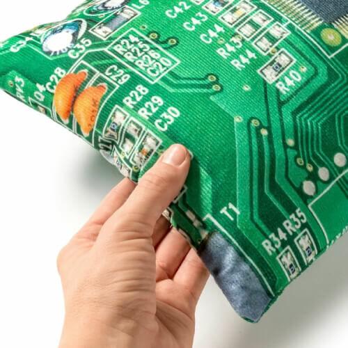 Élethű számítógép alaplap kispárna informatikusoknak